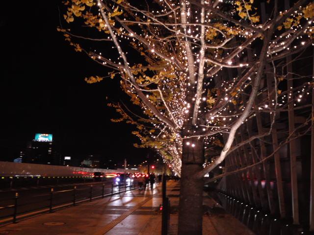 写真はグランフロント大阪北館の周辺道路