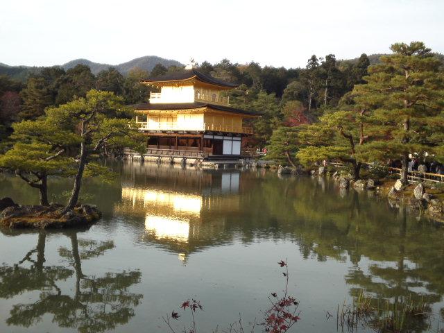鏡湖池には、綺麗に映り込んだ金閣