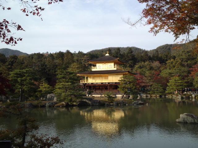 金閣寺の名称で知られている舎利殿は金閣(きんかく)
