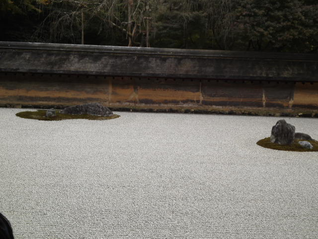 白砂の上に配置された石。