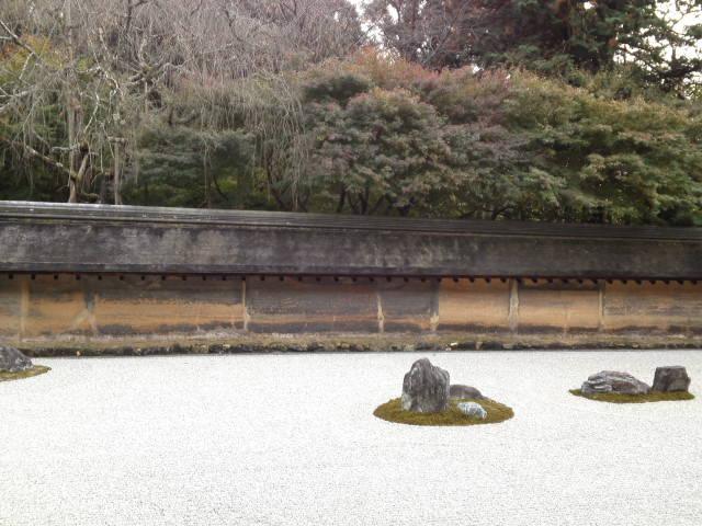 枯山水(かれさんすい)の石庭。