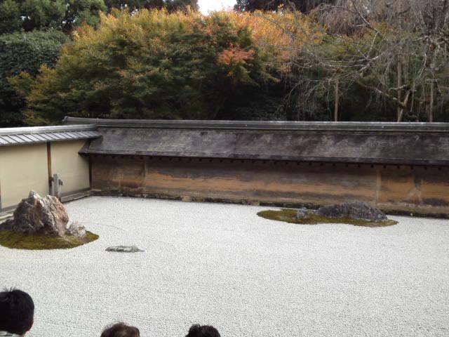 龍安寺の石庭で正面付近。