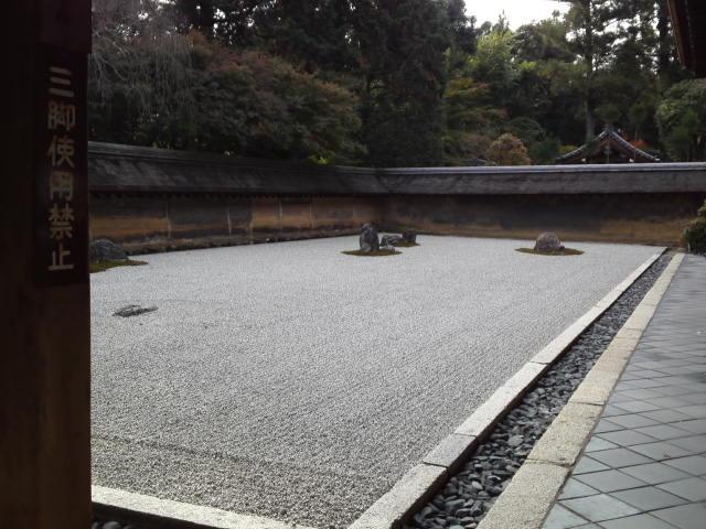 龍安寺の石庭のことは鮮烈に記憶に残ってます。