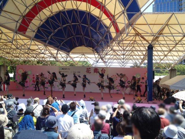 サンバチームの競演。花舞台