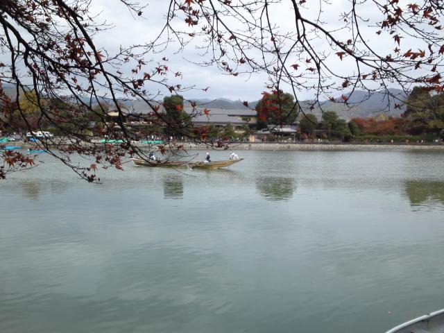 京都の嵐山では「屋形船」を楽しむことができます。