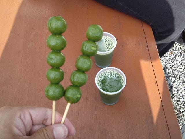 渡月橋のすぐ近く、嵐山公園内にて茶だんごと抹茶ドリンクをいただきました。