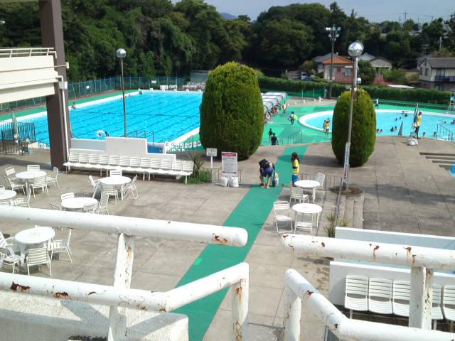 写真は緑ヶ丘体育館に併設されている緑ケ丘プールの全景。