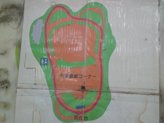 写真は桃ヶ池公園のジョギングコースの案内図。児童遊戯コーナーと書かれています。