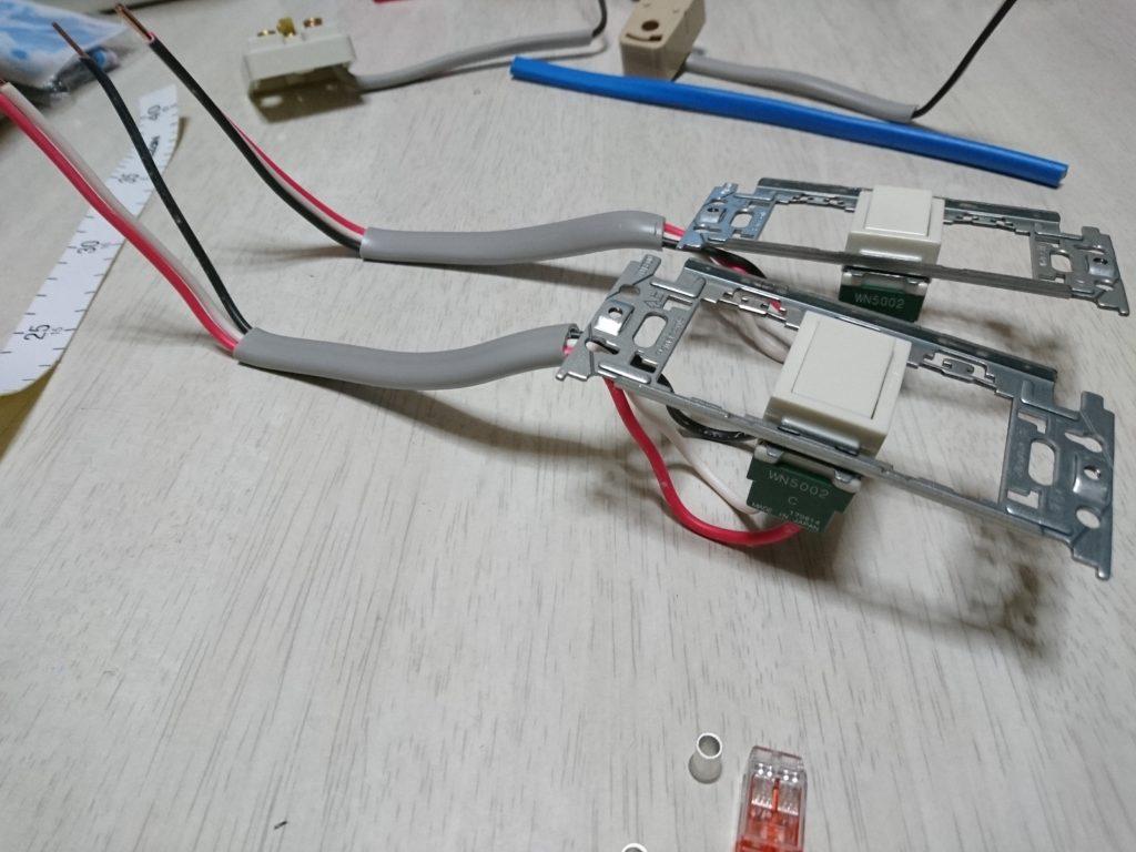 埋め込み連用枠と3路スイッチへの結線は黒線、白線、赤線。