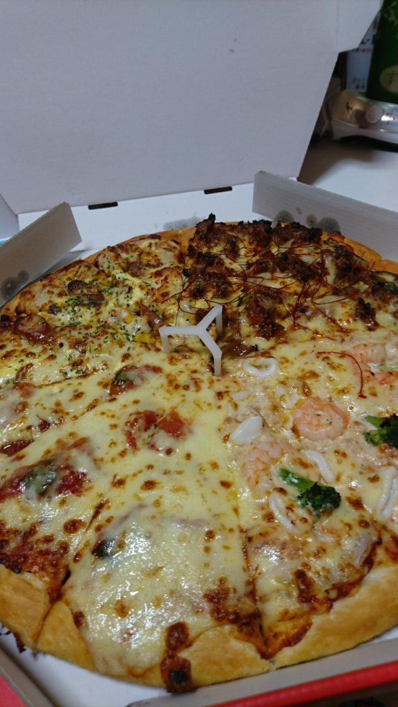 たぶんファミリー4。ランチメニュー限定のピザです。