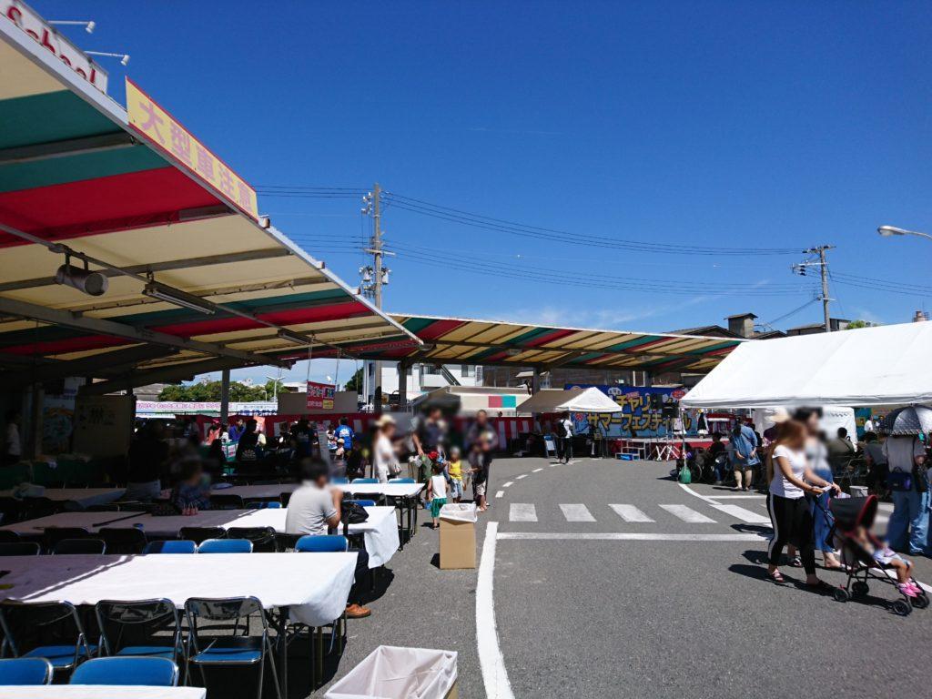 写真は尼ドラの夏祭り会場の風景です。