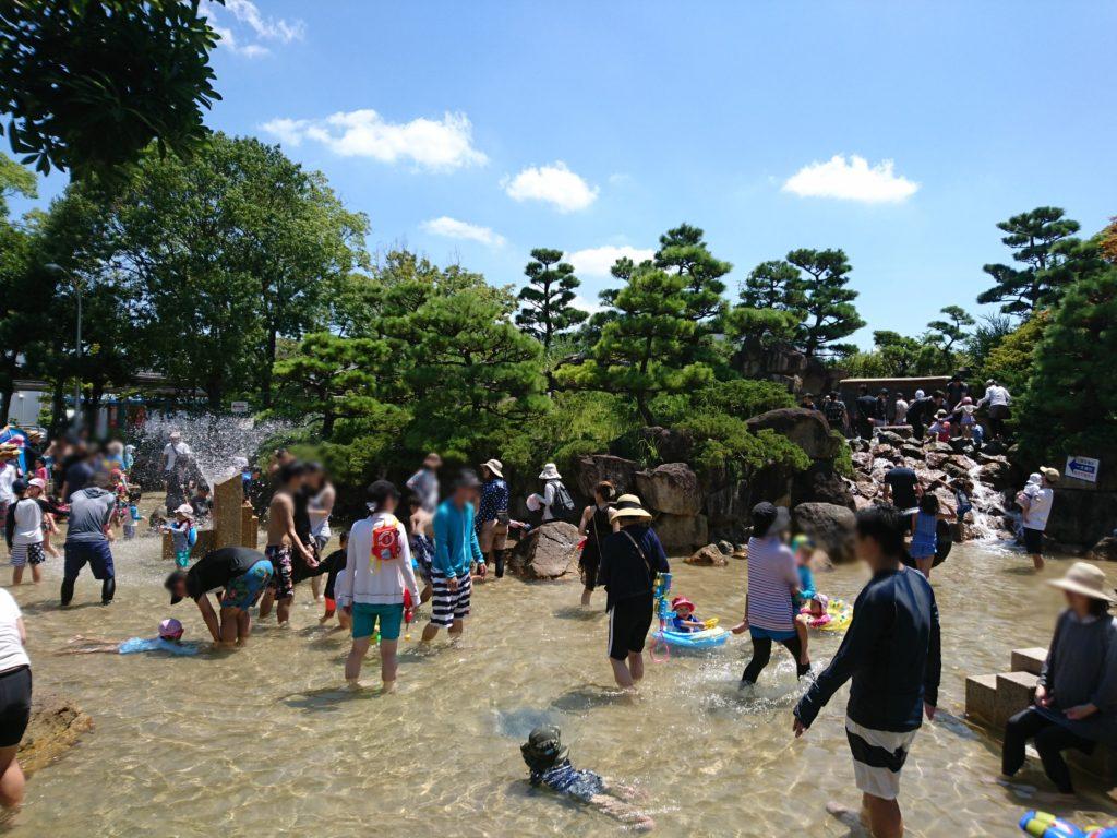 西猪名公園 ウォーターランドの滝と岩組(写真)