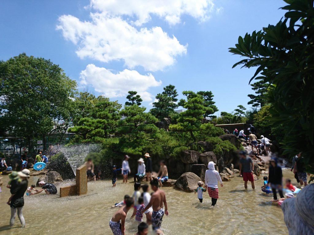 西猪名公園のプールは滝と岩組と池が特に人気